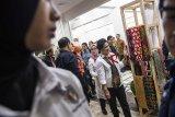 Ibu Negara Iriana Joko Widodo (kanan) bersama Ketua Umum Dekranas Mufidah Jusuf Kalla (kedua kanan) melihat produk kerajinan saat kunjungan kerja di Dekranasda Provinsi Jawa Barat, Bandung, Jawa Barat, Kamis (7/2). Kunjungan tersebut dalam rangka mendukung produk-produk kerajinan Indonesia. ANTARA JABAR/M Agung Rajasa/agr.