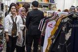 Ibu Negara Iriana Joko Widodo (kiri) bersama Ketua Umum Dekranas Mufidah Jusuf Kalla (kedua kiri) melihat produk kerajinan saat kunjungan kerja di Dekranasda Provinsi Jawa Barat, Bandung, Jawa Barat, Kamis (7/2). Kunjungan tersebut dalam rangka mendukung produk-produk kerajinan Indonesia. ANTARA JABAR/M Agung Rajasa/agr.