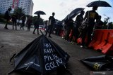 Aktivis Jaringan Solidaritas Korban untuk Keadilan (JSKK) menggelar aksi Kamisan ke-573 di depan Istana Merdeka, Jakarta, Kamis (7/2/2019). Dalam aksi yang bertepatan dengan 30 tahun peristiwa Talangsari Lampung tersebut, JSKK meminta Presiden Joko Widodo segera menuntaskan kasus pelanggaran HAM di masa lalu itu. (ANTARA FOTO)