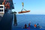 Anggota Basarnas menggunakan crane menurunkan anak buah kapal(ABK), Noel N Del Rosarii, warga Filipina saat dievakuasi dari kapal kargo MV Shimanami Star berbendera Bahamas ke kapal Basarnas, KN Krisna di Teluk Benggala, Pulau Aceh-Sabang, Sabtu (9/2/2019). ABK Filipina, Noel N Del Rosarii, mengalami kecelakaan kerja patah tangan dan kaki itu dirujuk ke rumah sakit Zainal Abindin, Banda Aceh untuk mendapat perawatan sebelum kapal MV Shimanami Star yang sarat dengan muatan kayu log melanjutkan perjalanan dari Singapura menuju India. (Antara Aceh/Ampelsa)