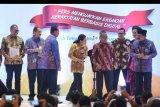 Ketua umum PWI Pusat Atal Sembiring Depari (keempat kanan) memberi anugerah penghargaan kepada Menteri BUMN Rini Soemarno (tengah), Menteri Pariwisata Arief Yahya (kedua kiri), Menteri Perhubungan Budi Karya Sumadi (ketiga kiri) dan Gubernur Jawa Timur Soekarwo serta Direktur Pemberitaan Perum LKBN Antara Akhmad Munir (kiri) saat puncak perayaan Hari Pers Nasional (HPN) di Surabaya, Jawa Timur, Sabtu (9/2/2019). Perayaan HPN 2019 tersebut mengangkat tema 'Pers Menguatkan Ekonomi Kerakyatan Berbasis Digital'. ANTARA FOTO/Zabur Karuru/nym.