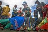 Balap perahu mini di kubangan tsunami