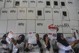 Sejumlah petugas melipat surat suara Pemilihan Presiden dan Wakil Presiden di Gudang Logistik KPU Kota Tasikmalaya, Jawa Barat, Senin (11/2/2019). Sebanyak 2.470.385 lembar surat suara yang terbagi menjadi surat suara untuk Pilpres, DPR RI, DPR Provinsi, DPRD dan DPD, nantinya akan didistribusikan ke 2.063 TPS dan ditargetkan selesai dalam dua minggu dengan jumlah petugas pelipatan 1.000 orang dari PPK, PPS serta KPPS. ANTARA JABAR/Adeng Bustomi/agr.