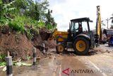 Alat berat tangani tebing longsor Jalan Magelang-Semarang