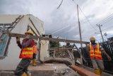 Warga Sigi korban gempa bergotongroyong bersihkan puing-puing rumah