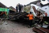 Personel TNI-Polri membantu memperbaiki rumah warga yang terdampak angin puting beliung di Desa Randegan, Tanggulangin, Sidoarjo, Jawa Timur, Kamis (14/2/2019). Puluhan rumah di wilayah tersebut mengalami kerusakan akibat diterjang angin puting beliung yang terjadi pada hari Rabu (13/2/2019) petang. (ANTARA FOTO)