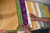 Perajin produksi kertas dari batang pisang