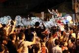 Sebuah replika naga bersinar diabadikan masyarakat saat melintasi panggung kehormatan di Jalan Diponegoro, Singkawang, Kalimantan Barat, Minggu (17/2/2019) malam. Perayaan Cap Go Meh yang dimeriahkan dengan arakan naga, atraksi tatung, tari-tarian tersebut akan berlangsung hingga Rabu (20/2/2019). ANTARA FOTO/David/jhw