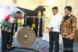 Menteri Riset, Teknologi dan Pendidikan Tinggi (Menristekdikti) Mohamad Nasir (kiri) memukul gong disaksikan Sekretaris Jenderal Kemenristekdikti Ainun Naim (kedua kanan) dan Rektor Universitas Sumatera Utara (USU) Runtung Sitepu (kanan) saat membuka Sidang Paripurna Majelis Senat Akademik Perguruan Tinggi Negeri Badan Hukum (PTN BH), di Medan, Sumatera Utara, Senin (18/2/2019). Sidang Paripurna yang dihadiri 107 delegasi senat akademik dari 11 PTN BH tersebut berfungsi untuk menjalin kerjasama strategis dalam bidang pendidikan, penelitian, dan pengabdian kepada masyarakat guna mengembangkan ilmu pengetahuan. (Antara Sumut - Irsan)