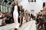 Desainer Indonesia tampilkan koleksi kejayaan Kerajaan Sriwijaya di London Fashion Week
