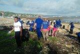 Prajurit TNI-Polri bersihkan sampah pantai di Kupang