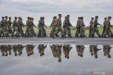 Anggota pasukan Divisi II Kostrad Batalyon Zeni Tempur (Zipur) 10 Darma Putra Malang tiba di Lombok International Airport (LIA) di Praya, Lombok Tengah, NTB, Jumat (22/2/2019). TNI Angkatan Darat mendatangkan 1.000 personel tambahan guna membantu percepatan proses rehabilitasi dan rekonstruksi pascagempa Lombok diantaranya membantu penanganan pembangunan rumah rusak berat akibat gempa di wilayah Lombok dan Sumbawa. ANTARA FOTO/Ahmad Subaidi/foc.