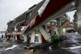 Petugas melihat kondisi SPBU yang rusak akibat angin puting beliung di Kecamatan Cicantayan, Kabupaten Sukabumi, Jawa Barat, Jumat (22/2/2019). Hujan deras disertai angin puting beliung yang melanda Kecamatan Lembursitu dan Kecamatan Cicantayan di Kabupaten Sukabumi tersebut menyebabkan SPBU dan puluhan rumah warga rusak. ANTARA JABAR/Nurul Ramadhan/agr.