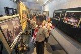 Sejumlah siswa sekolah dasar (SD)  mengamati foto yang dipajang pada Pameran Foto Bogor Dalam Bingkai 2018 di ruang publik underpass Baranangsiang, Kota Bogor, Jawa Barat, Sabtu (23/2/2019). Pameran foto yang diselenggarakan Pewarta Foto Indonesia (PFI) Bogor menampilkan 47  foto tunggal dan satu foto esai dari berbagai peristiwa, fitur sosial, kebudayaan, pendidikan, UMKM, olahraga dan publik figur, yang terjadi sepanjang tahun 2018 di wilayah Bogor. ANTARA JABAR/Yulius Satria Wijaya/agr.