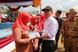 Bupati Lampung Barat Serahkan PKH Kepada Masyarakat Batu Ketulis