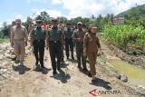TNI dan warga perbaiki jembatan rusak di Sigi