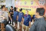 Tiga pria ini ditangkap mencuri sekarung ponsel seharga Rp50 juta