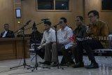 Empat Terdakwa kasus dugaan suap perizinan proyek Meikarta Billy Sindoro (kanan), Henry Jasmen (kedua kanan), Fitra Djaja Purnama (ketiga kanan) dan Taryudi (keempat kanan) bergantian membacakan nota pembelaan pada sidang lanjutan di Pengadilan Tipikor Bandung, Jawa Barat, Rabu (27/2/2019) malam. Pada pembacaan nota pembelaan tersebut Billy Sindoro menolak dakwaan Jaksa KPK terkait sebagai pengatur dan pengurus aliran dana kepada penyelanggara negara Kabupaten Bekasi untuk perizinan proyek Meikarta. ANTARA JABAR/Novrian Arbi/agr.