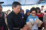 Wali Kota-Ketua TP PKK Manado bantu siapkan makanan korban bencana