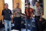 Warga Sampit serahkan senjata api temuan di ladang