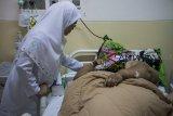 Petugas melakukan pemeriksaan rutin kepada Pasien penderita Obesitas asal Karawang, Sunarti  saat menjalani rawat inap di Rumah Sakit Dr. Hasan Sadikin, Bandung, Jawa Barat, Senin (4/2/2019). Sunarti yang memiliki berat badan mencapai 148 kg tersebut mendapatkan penanganan dari 11 dokter ahli guna mengetahui kondisi dan indikasi kesehatannya untuk program penurunan berat badan serta menjalani operasi Bariatrik. ANTARA JABAR/Novrian Arbi/agr.