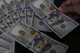Dolar melemah akibat ketidakpastian perdagangan AS-China
