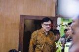 Terdakwa kasus dugaan suap perizinan proyek Meikarta Billy Sindoro berjalan menuju ruang sidang sebelum sidang putusan di pengadilan Tipikor, Bandung, Jawa Barat, Selasa (5/3/2019). Majelis Hakim Pengadilan Tipikor menjatuhkan hukuman penjara kepada Billy Sindoro 3 tahun 6 bulan denda Rp 100 juta subsider 2 bulan penjara karena terbukti melakukan suap berkaitan dengan perizinan proyek Meikarta. ANTARA JABAR/M Agung Rajasa/agr.