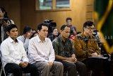 Empat terdakwa kasus dugaan suap perizinan proyek Meikarta Billy Sindoro (kanan), Henry Jasmen (kedua kanan), Fitra Djaja Purnama (kedua kiri) dan Taryudi (kiri) mendengarkan pembacaan putusan saat sidang lanjutan di pengadilan Tipikor, Bandung, Jawa Barat, Selasa (5/3/2019). Majelis Hakim Pengadilan Tipikor menjatuhkan hukuman penjara kepada Billy Sindoro 3 tahun 6 bulan denda Rp 100 juta subsider 2 bulan penjara, Hendri Jasmen dijatuhi hukuman penjara 3 tahun denda Rp 50 juta dan Fitra Djaja Purnama serta Taryudi dijatuhi hukuman penjara 1 tahun 6 bulan denda Rp 50 juta karena terbukti melakukan suap berkaitan dengan perizinan proyek Meikarta. ANTARA JABAR/M Agung Rajasa/agr.