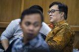 Terdakwa kasus dugaan suap perizinan proyek Meikarta Billy Sindoro berada di ruang tunggu sebelum menjalani sidang pembacaan putusan di pengadilan Tipikor, Bandung, Jawa Barat, Selasa (5/3/2019). Majelis Hakim Pengadilan Tipikor menjatuhkan hukuman penjara kepada Billy Sindoro 3 tahun 6 bulan denda Rp 100 juta subsider 2 bulan penjara karena terbukti melakukan suap berkaitan dengan perizinan proyek Meikarta. ANTARA JABAR/M Agung Rajasa/agr.