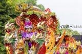 Sejumlah anak pengantin sunat diarak menggunakan sisingaan di jalan Curug-Kosambi, Karawang, Jawa Barat, Minggu (10/3/2019). Tradisi sisingaan itu diadakan untuk merayakan pesta sunatan dan melestarikan khasanah budaya Nusantara. ANTARA JABAR/M Ibnu Chazar/agr