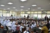 Ratusan siswa SMA 5 Padang adukan kepsek ke DPRD Sumbar
