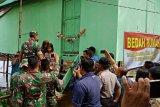 Satgas TNI perbaiki rumah warga di Palembang