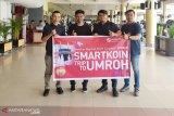 Smartfren menyerahkan reward smart koin ke mitra outlet di Padang