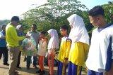 Kampanye kebersihan, Bupati Pesisir Selatan bagikan botol air minum ke pelajar