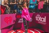 Agnez Mo raih piala dari iHeartRadio Music Awards