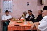 Presiden minum kopi di Kedai Partungkoan Balige