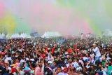 Suasana Millenial Color Fun Walk saat Millenial Road Safety Festival di komplek perkantoran Pemprov Kalsel, Banjarbaru, Kalimantan Selatan,  Minggu (17/3/2019).Millenial Road Safety Festival di Kalsel merupakan kampanye tertib dan selamat berlalu lintas kalangan Millenial usia 15-35 tahun, yang dimeriahkan dengan berbagai acara seperti Color Fun Walk dan mendatangkan penyanyi Isyana Sarasvati. Foto Antaranews Kalsel/Bayu Pratama S.