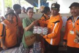Persit Kodam Cenderawasih berikan pakaian dan sembako kepada korban banjir