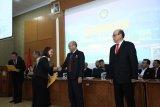 Rektor UP Wahono Sumaryono didampingi Edie Toet Hendratno ketika memberikan ucapan selamat kepada lulusan Sekolah Pascasarjana Up di Jakarta, Jumat.