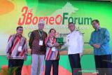 Gubernur Kalbar Sutarmidji (kedua kanan) menerima cinderamata dari Ketua Gabungan Pengusaha Sawit Indonesia (GAPKI) Kaltim Muhammadsjah Djafar(ketiga kiri) didampingi Wakil Gubernur Kaltim Hadi Mulyadi (kanan), Wakil Ketua Umum GAPKI Kacuk Sumarto (kedua kiri) dan Ketua GAPKI Kalbar Muhlis Bentara (kiri)saat membuka 3rd Borneo Forum yang digelar GAPKI se-Kalimantan di Pontianak, Kalimantan Barat, Rabu (20/3/2019). Dalam kesempatan tersebut, GAPKI mendorong perusahaan sawit untuk melakukan sertifikasi dan menerapkan Indonesian Sustainable Palm Oil System (ISPO) agar bisa meningkatkan daya saing minyak sawit Indonesia di pasar dunia. ANTARA FOTO/Jessica Helena Wuysang