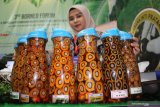 Seorang staf perusahaan sawit memperlihatkan sejumlah sampel varietas sawit hasil produksi PT Sarana Inti Pratama di pameran 3rd Borneo Forum yang digelar Gabungan Pengusaha Sawit Indonesia (GAPKI) se-Kalimantan di Pontianak, Kalimantan Barat, Rabu (20/3/2019). Dalam kesempatan tersebut, GAPKI mendorong perusahaan sawit untuk melakukan sertifikasi dan menerapkan Indonesian Sustainable Palm Oil System (ISPO) agar bisa meningkatkan daya saing minyak sawit Indonesia di pasar dunia. ANTARA FOTO/Jessica Helena Wuysang