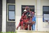 Pelajar antusias ikut simulasi penanganan bencana oleh Tagana