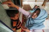 Petugas Kesehatan Puskesmas Muara Dua melakukan pemeriksaan stunting anak meliputi tinggi badan, berat badan dan status gizi di Desa Meunasah Alue, Lhokseumawe, Aceh, Selasa (27/3/2019). Pemerintah melalui Kemenkes menggencarkan program Indonesia Sehat dengan Pendekatan Keluarga (PIS-PK), Pemberian Makanan Tambahan (PMT), dan 1000 Hari Pertama Kehidupan (HPK) untuk pencegahan stunting atau kurang gizi kronis yang mengakibatkan gangguan pertumbuhan pada anak Indonesia, seperti tinggi badan anak lebih rendah atau pendek (kerdil) dari standar usianya. (Antara Aceh/Rahmad)