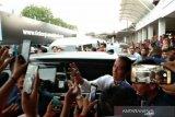 Jokowi layani selfi pengunjung bandara Syamsudin Noor