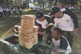 Beberapa peserta acara BUMN Human Capital Managemen Great Leader Camp sedang serius menyelesaikan games saat mengikuti sesi Team Building (Senam dan Games) di Megamendung, Kabupaten Bogor, Jawa Barat, Selasa (26/3/19).   (Megapolitan.Antaranews.Com/Foto: Istimewa).