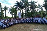 Foto bersama peserta acara BUMN Human Capital Managemen Great Leader Camp usai mengikuti sesi Team Building (Senam dan Games) di Megamendung, Kabupaten Bogor, Jawa Barat, Selasa (26/3/19).   (Megapolitan.Antaranews.Com/Foto: Istimewa).
