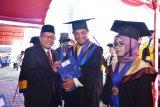 Sekdaprov Dr H Moh Hidayat Lamakarate, MSi ikut wisuda Untad Palu