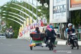 Pengemudi becak perempuan mengangkut penumpang nekad melawan arus saat melintasi jembatan Pantee Pirak, Banda Aceh, Kamis (31/3/2019) . Tindakan nekat melawan arus itu membahayakan keselamatannya dan juga keselamatan pengendaraa lainnya. (Antara Aceh/Ampelsa)