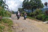 Warga  keluhkan kerusakan jalan wisata Bukit Kaba