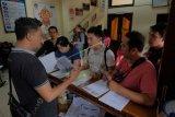 Petugas KPU melayani warga yang melakukan pendaftaran pindah TPS Pemilu 2019 di kantor KPU Kota Denpasar, Bali, Sabtu (6/4/2019). Layanan pindah TPS tersebut dibuka hingga Rabu (10/4) yaitu diperuntukkan bagi pemilih yang mengalami keadaan tertentu seperti sakit, tertimpa bencana alam, menjadi tahanan atau menjalankan tugas pada hari pemungutan suara. ANTARA FOTO/Nyoman Hendra Wibowo/nym/wsj.
